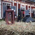 Kynttilät ja olkipaalit loivat tunnelmaa kartanolla. Kuva: Annariina Rannikko