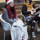 Meri Virtanen ja Maria Taulu Eurajoen kristillisen opiston musiikkilinjalta olivat saapuneet soittamaan joululauluja kävijöliden iloksi. Kuva: Annariina Rannikko