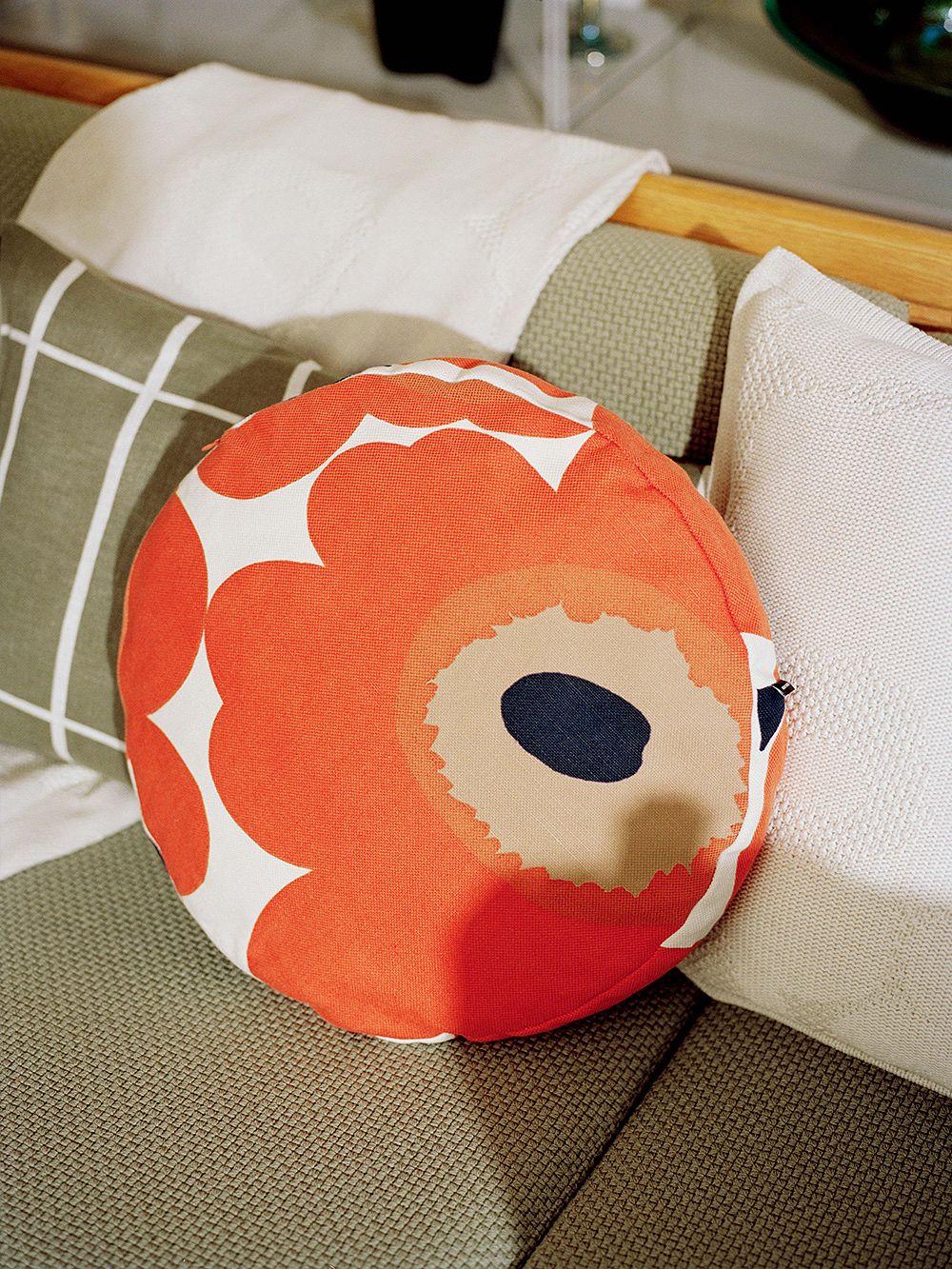 Marimekon pyöreä Unikko-tyyny