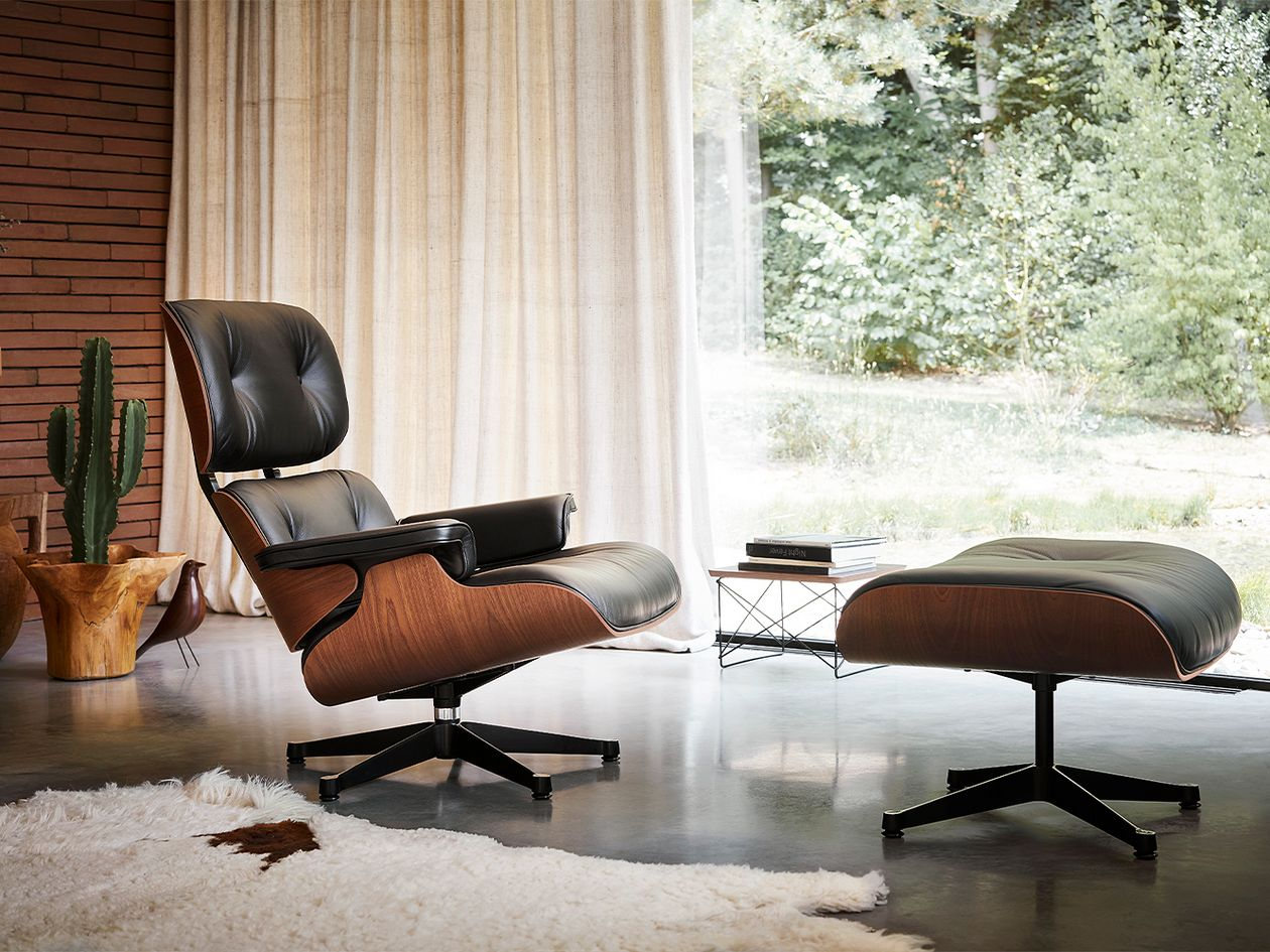 Vitra Eames Lounge Chair, uusi koko, American cherry - musta nahka