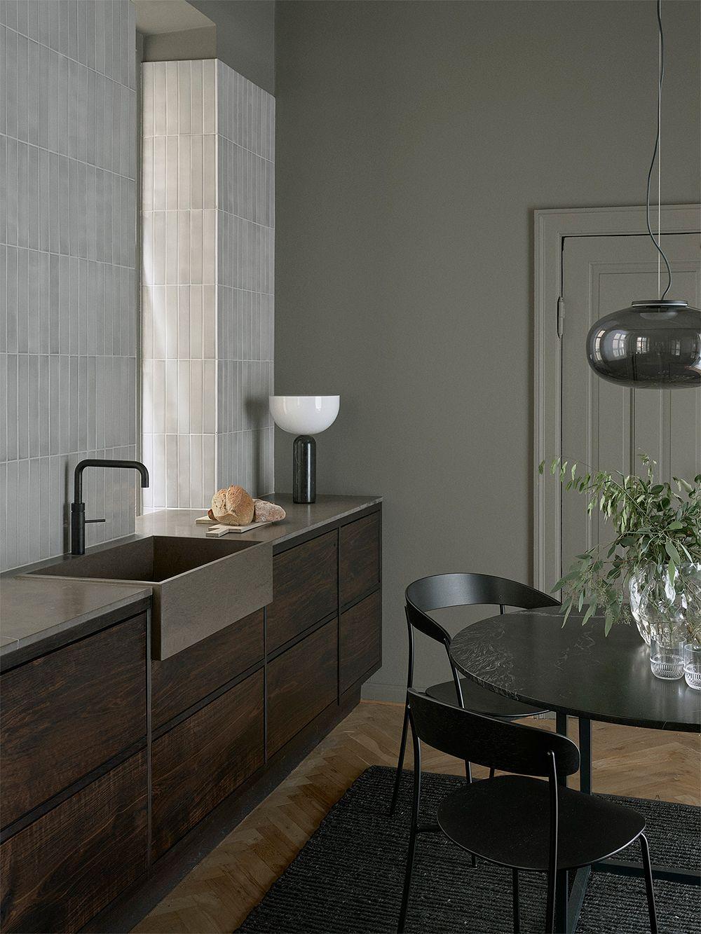 New Works Kizu pöytävalaisin, iso, musta marmori
