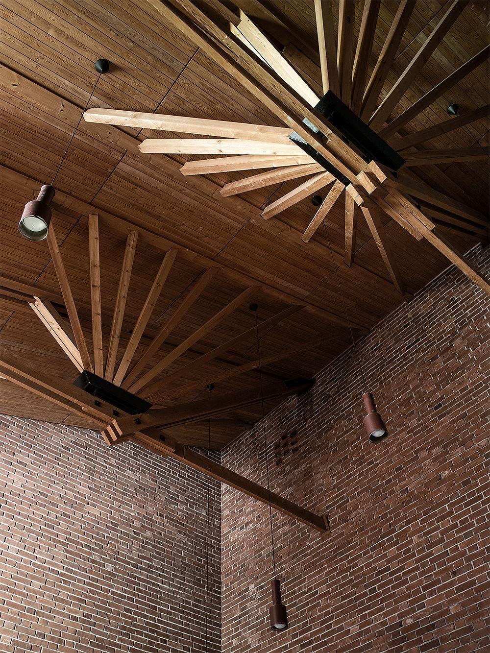 Kattotuolit Säynätsalon kunnantalon valtuustosalissa