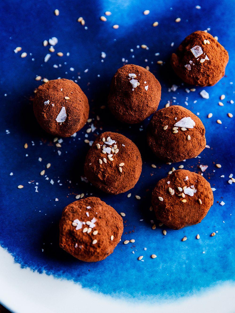 Seesami-tryffelit ja Marimekon sininen Sääpäiväkirja-lautanen