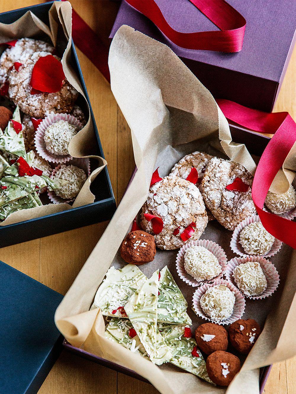 Itse tehty makeislajitelma: matcha-valkosuklaa, seesamitryffelit, kookos-mangotryffelit ja ghriba-pikkuleivät