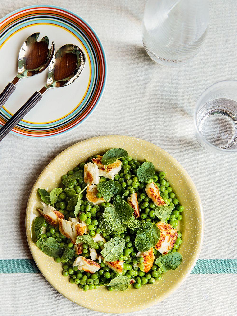 Hayn vaaleankeltainen Enamel-lautanen ja Iittalan Origo-lautanen