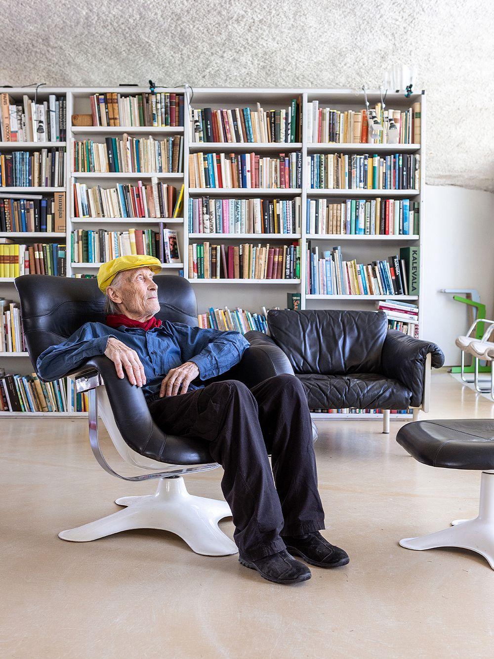 Yrjö Kukkapuro istuu Karuselli-tuolissa
