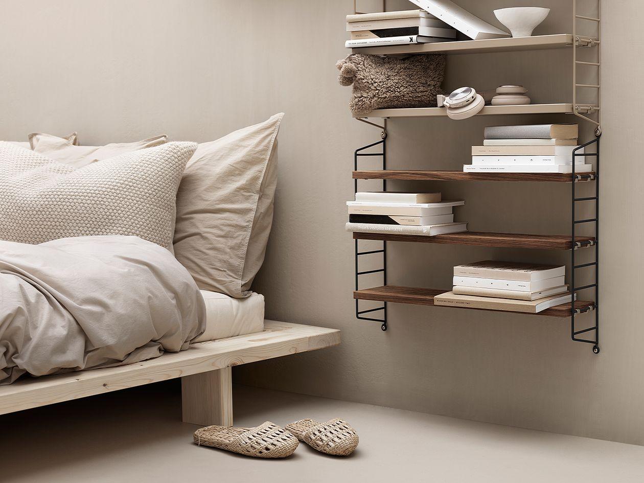 String Furnituren String Pocket -hyllyt makuuhuoneen sisustuksessa.