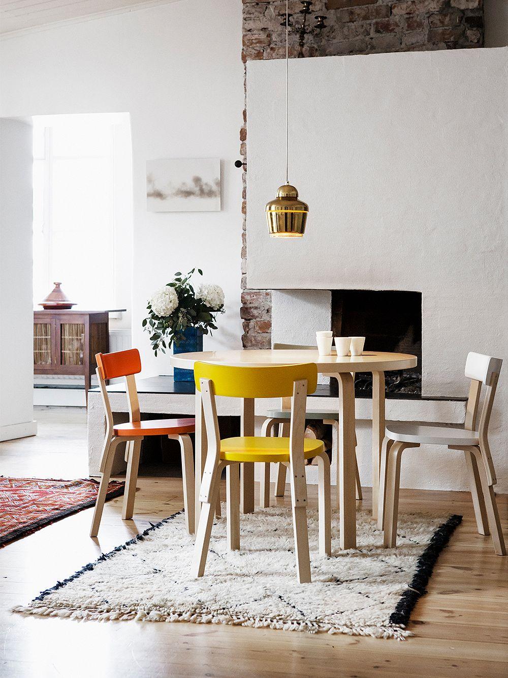 Artekin Aalto-tuoli 69 useassa eri värissä.