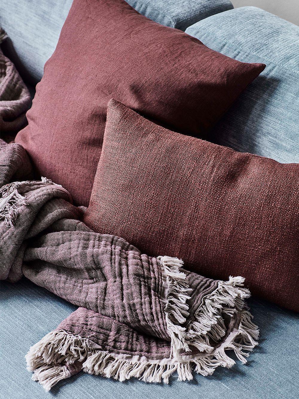 &Traditionin Collect-pellavatyynyt ja -torkkupeitto kodin sisustuksessa.