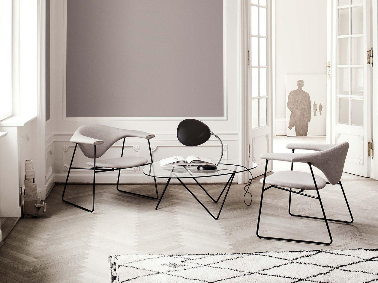 Gubin Masculo-tuolit, Pedrera-sohvapöytä ja Cobra-valaisin olohuoneen sisustuksessa.