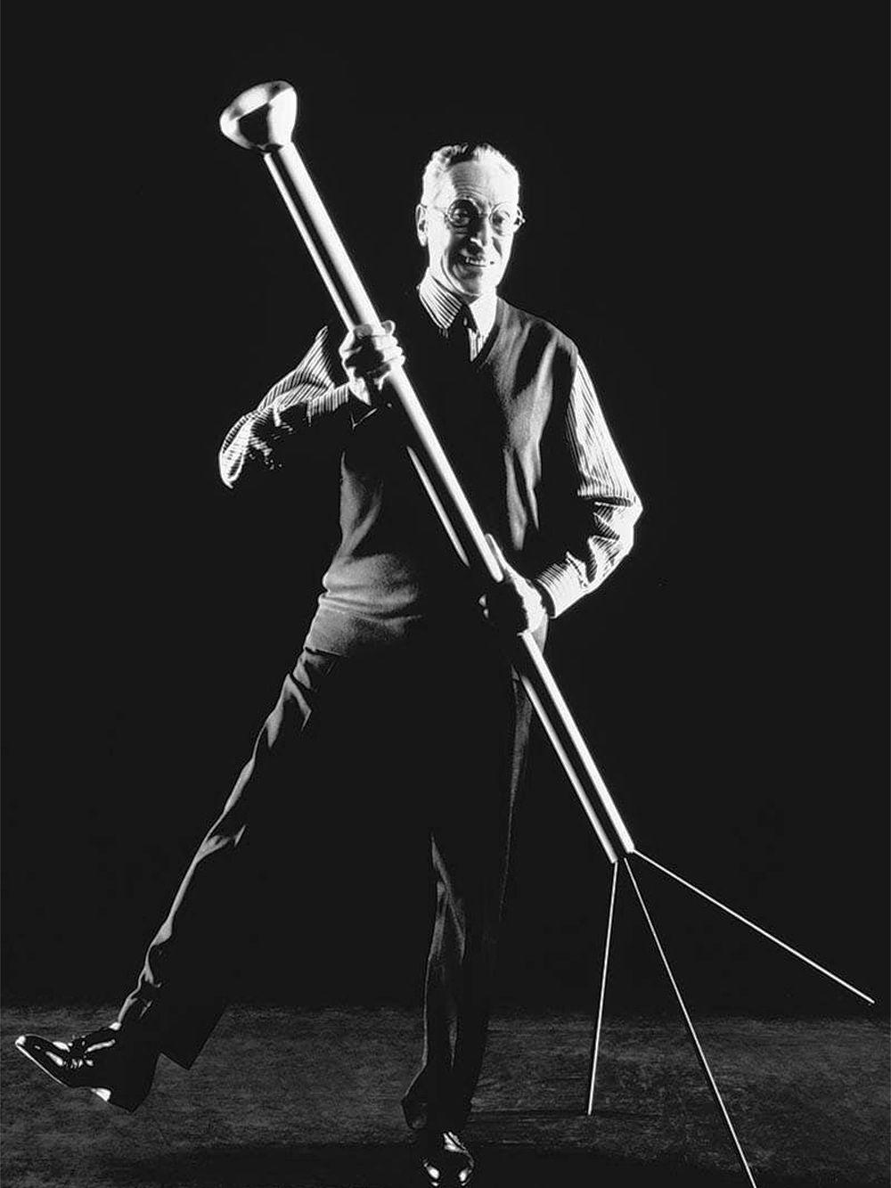 Flosin Luminator-lattiavalaisin ja suunnittelija Achille Castiglioni.