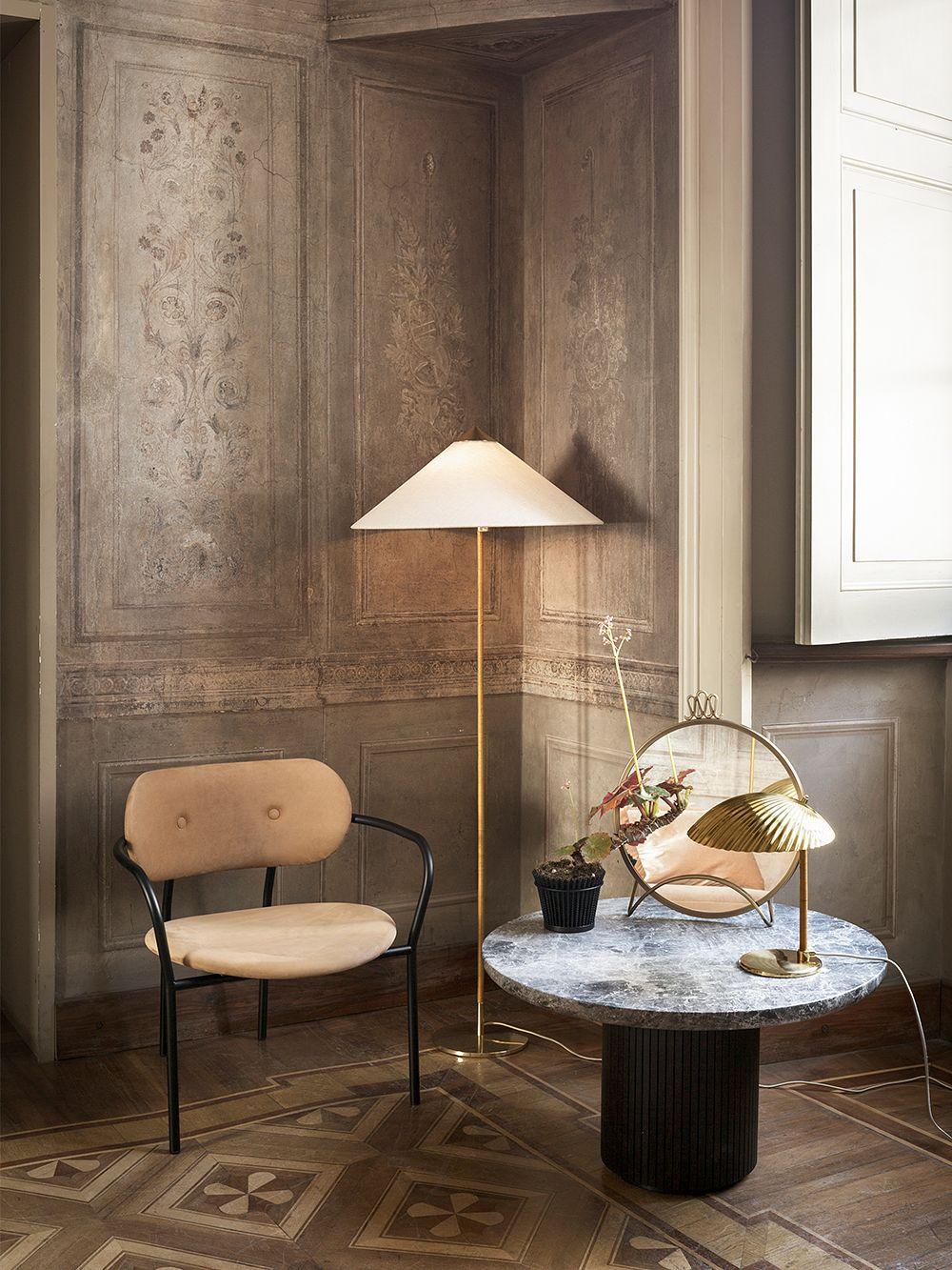 Paavo Tynellin suunnittelemat elegantit valaisimet, 5321 -pöytävalaisin ja 9602-lattiavalaisin, olohuoneen sisustuksessa.