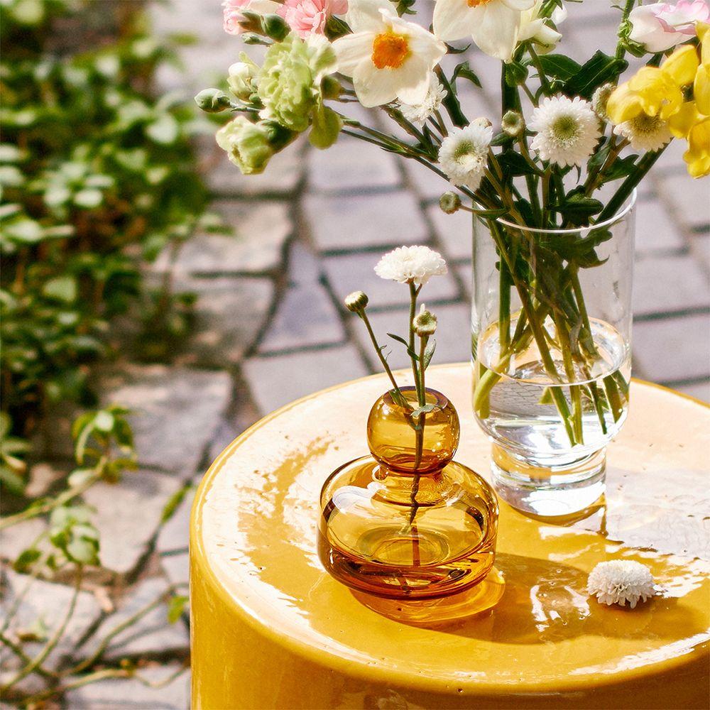Seraxin Pawn-sivupöytä, jolla Marimekon Flower-maljakko ja Karakterin Cessidra-maljakko täynnä kukkia.