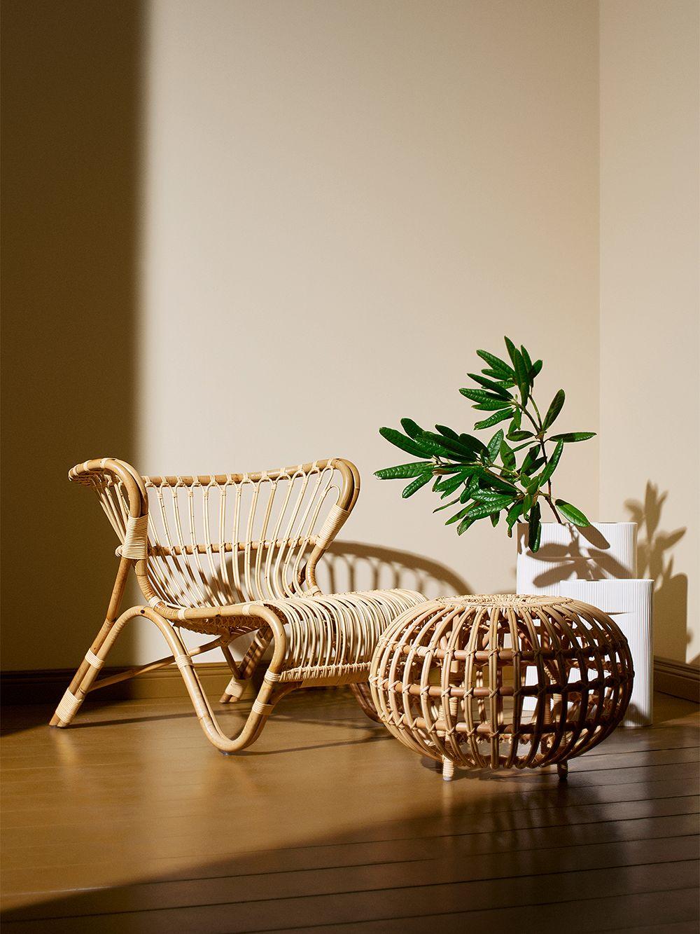 Sika-Designin rottinkinen Fox-nojatuoli ja Franco Albini -rahi olohuoneessa.