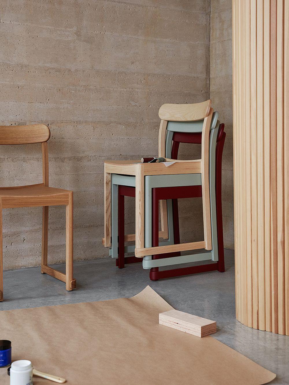 Artekin Atelier-tuoleja pinottuna.