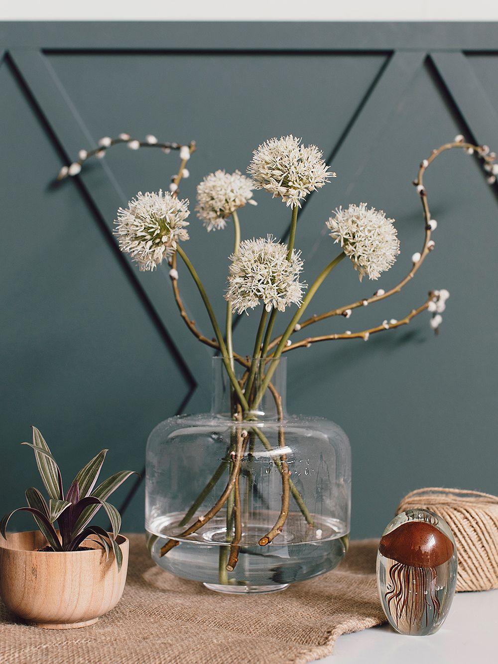 Marimekon kirkas Ming-maljakko kukilla ja oksilla täytettynä.