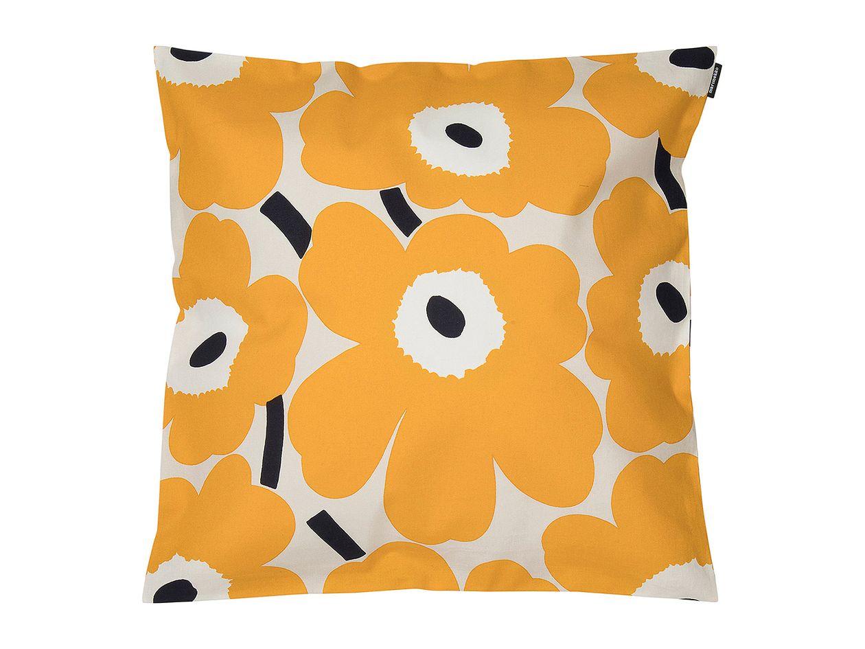 Marimekon Unikko-tyynynpäällinen keltaisen, beigen ja tummansinisen sävyissä.