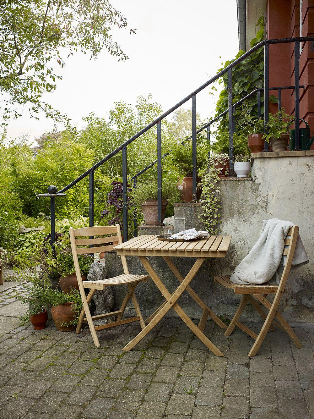 Skagerakin Selandia-sarjan tuolit ja pöytä puutarhassa.
