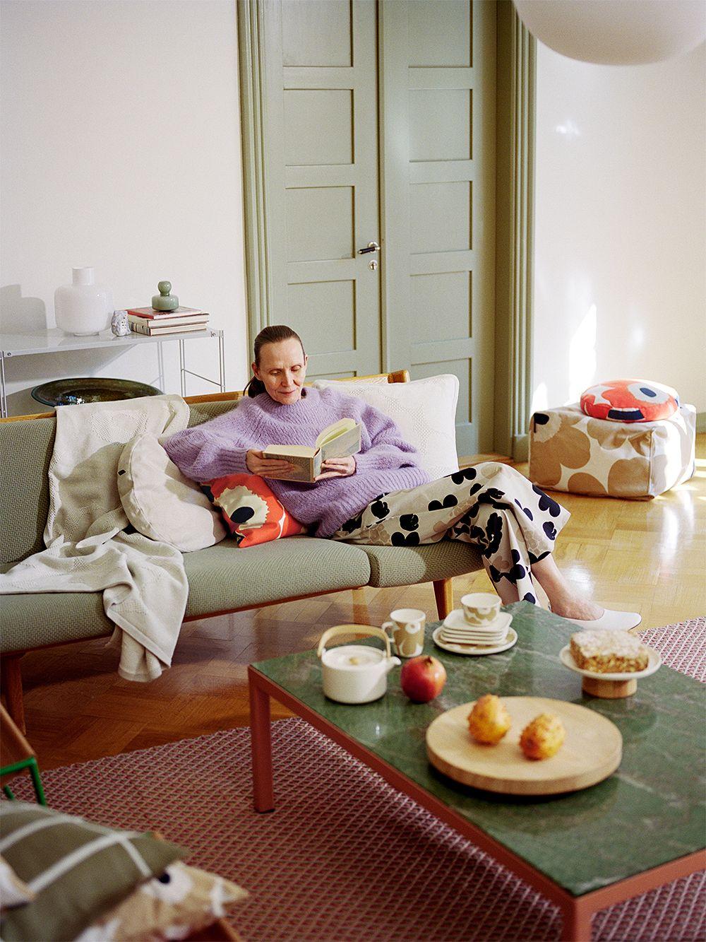 Marimekon Unikko-tyynynpäällinen olohuoneessa.