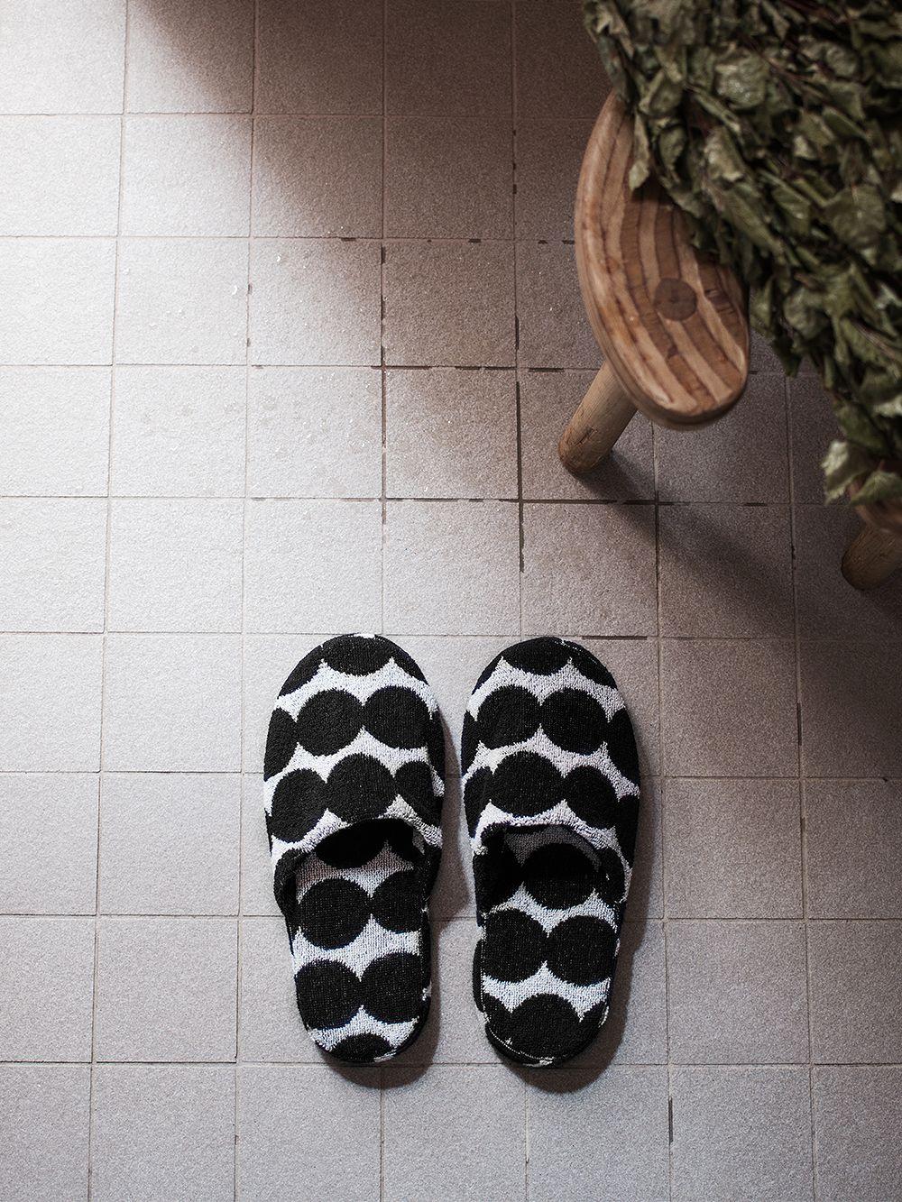 Marimekon Räsymatto-tohvelit kylpyhuoneen lattialla.
