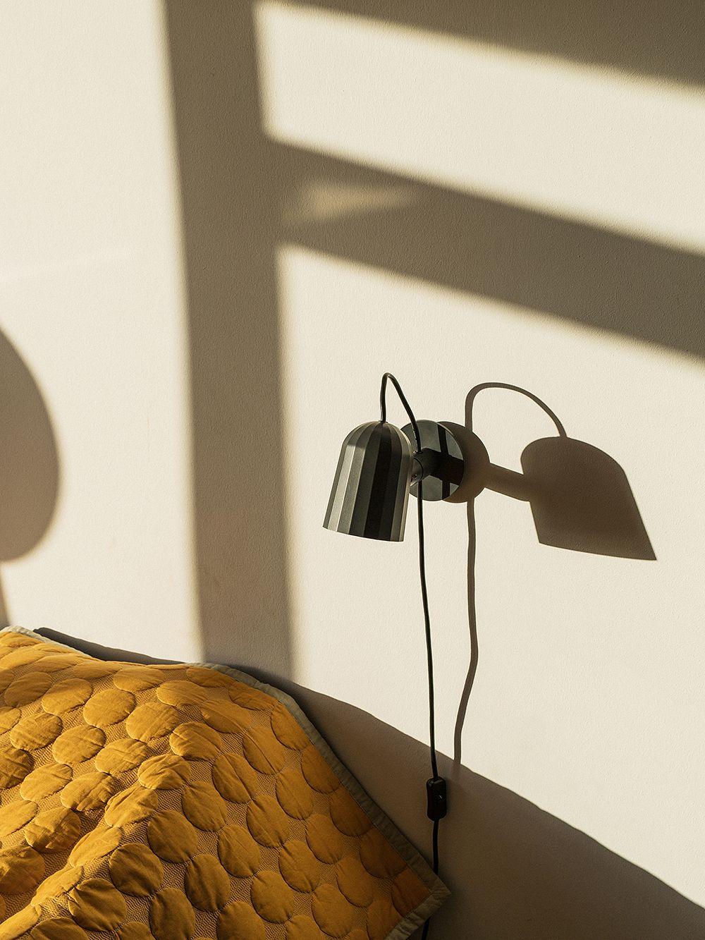 Hayn Noc-kohdevalo makuuhuoneessa seinään kiinnitettynä.