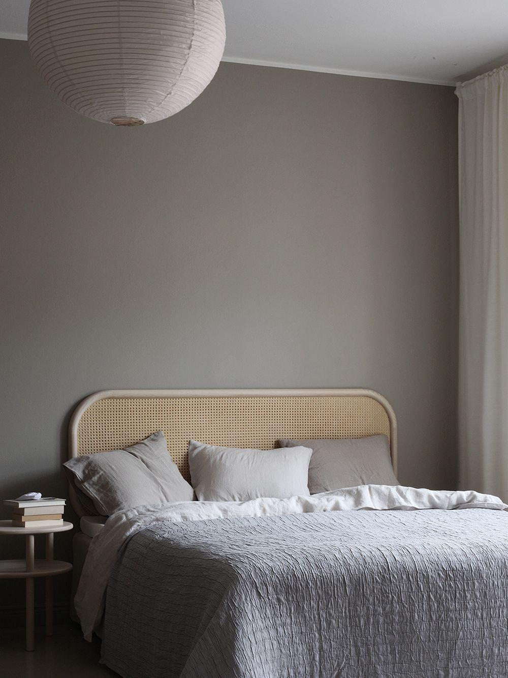 Riisipaperivalaisin ja Matrin rottinkinen sängynpääty makuuhuoneessa.