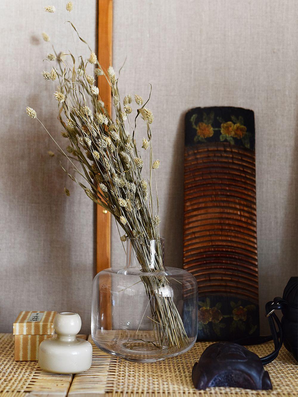 Marimekko's translucent Ming vase and grey Flower vase on a sidetable.
