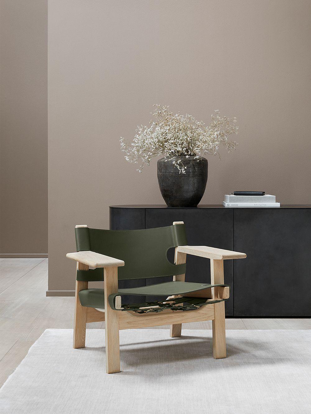 Frederician The Spanish Chair -nojatuoli osana olohuoneen sisustusta.