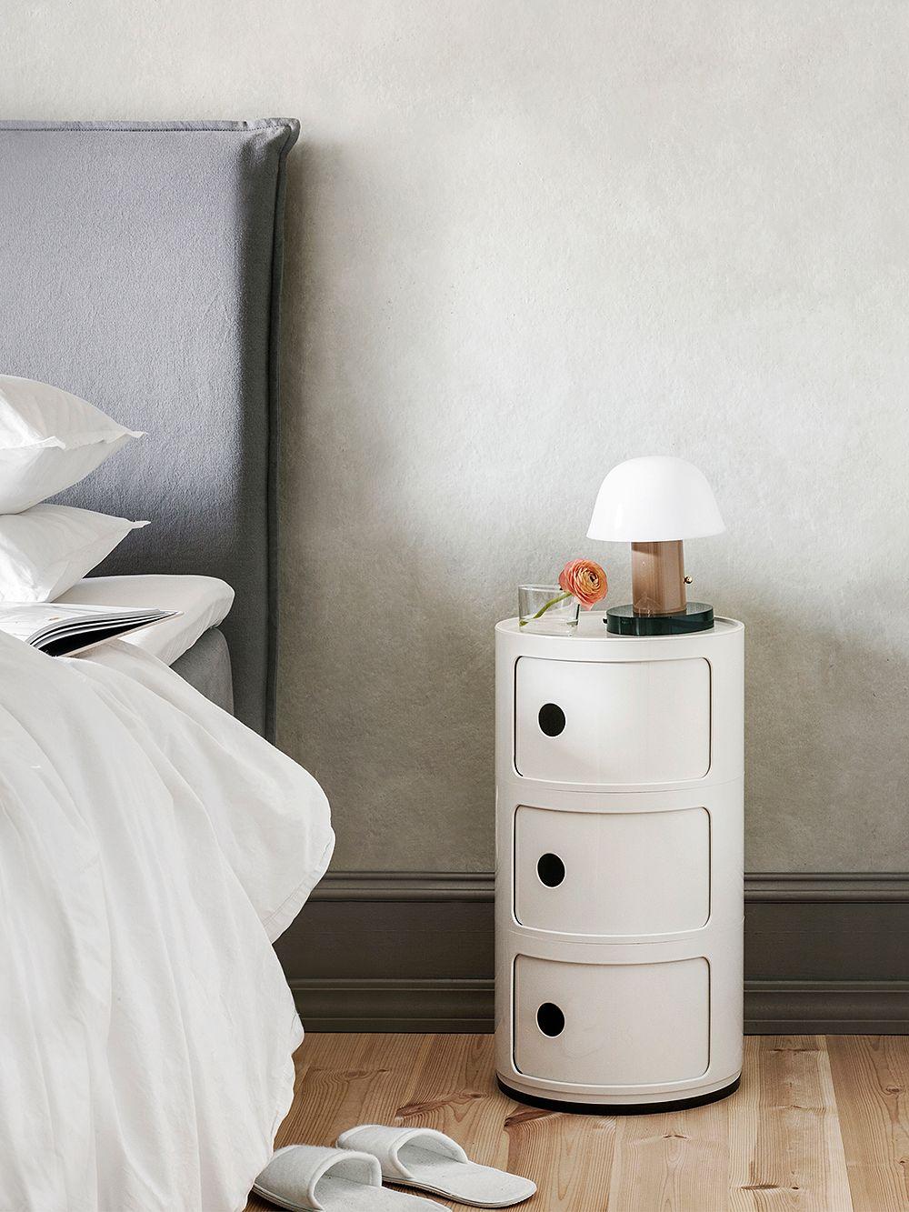 Kartellin Componibili-säilytyskaluste osana makuuhuoneen sisustusta.