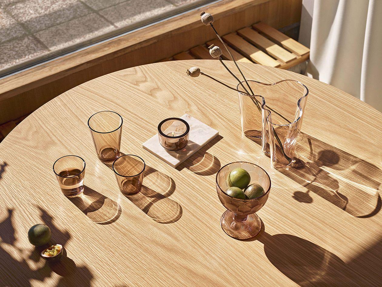 Iittalan lasiastioita pöydällä.