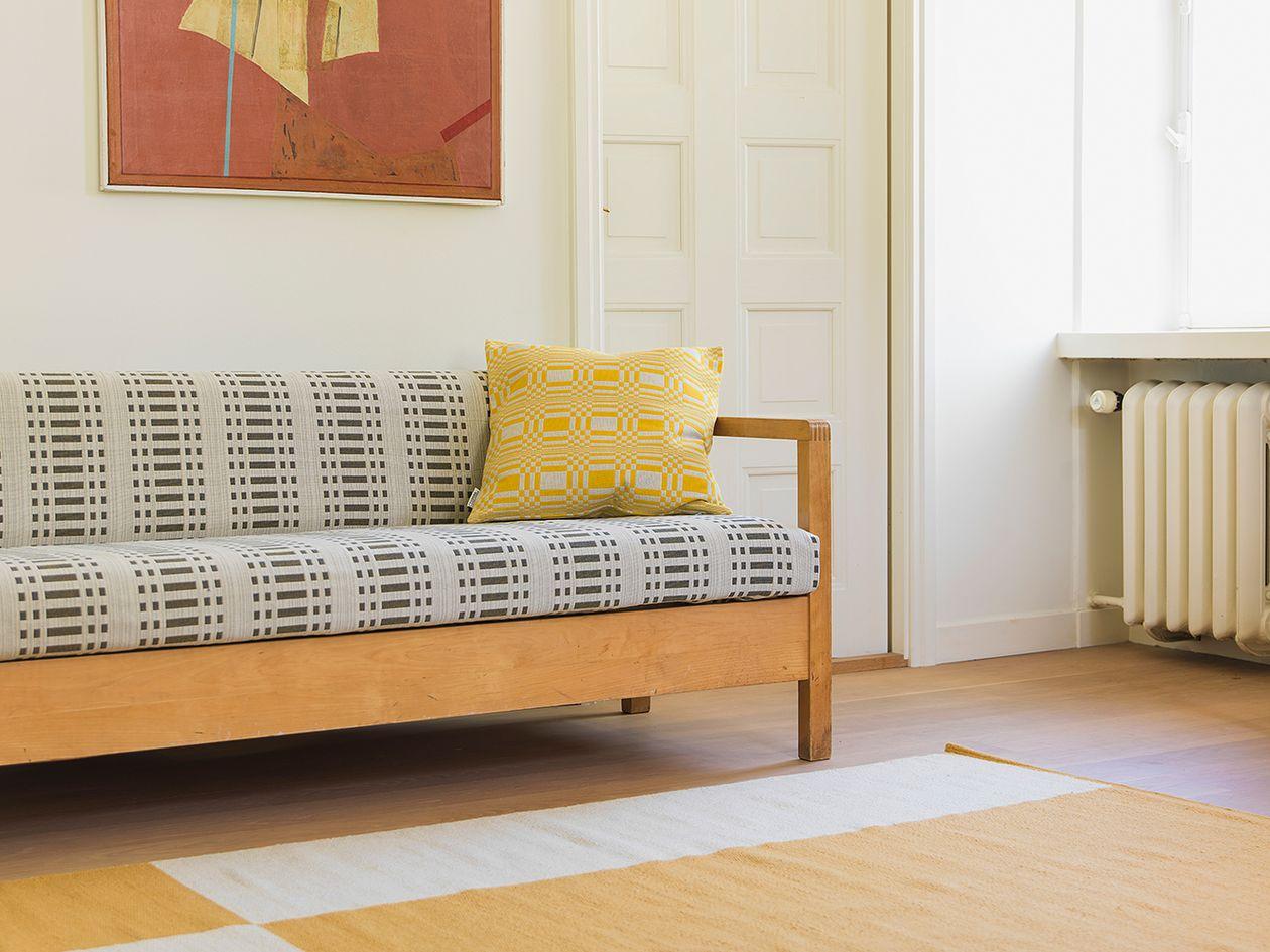 Johanna Gullichsenin Doris-koristetyyny sohvalla.