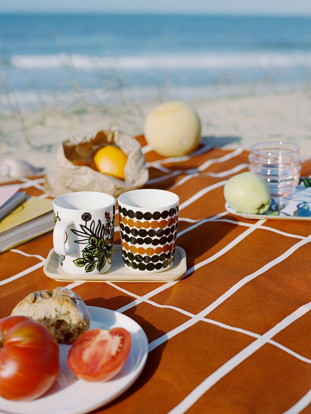 Marimekon mukeja piknik-kattauksessa.