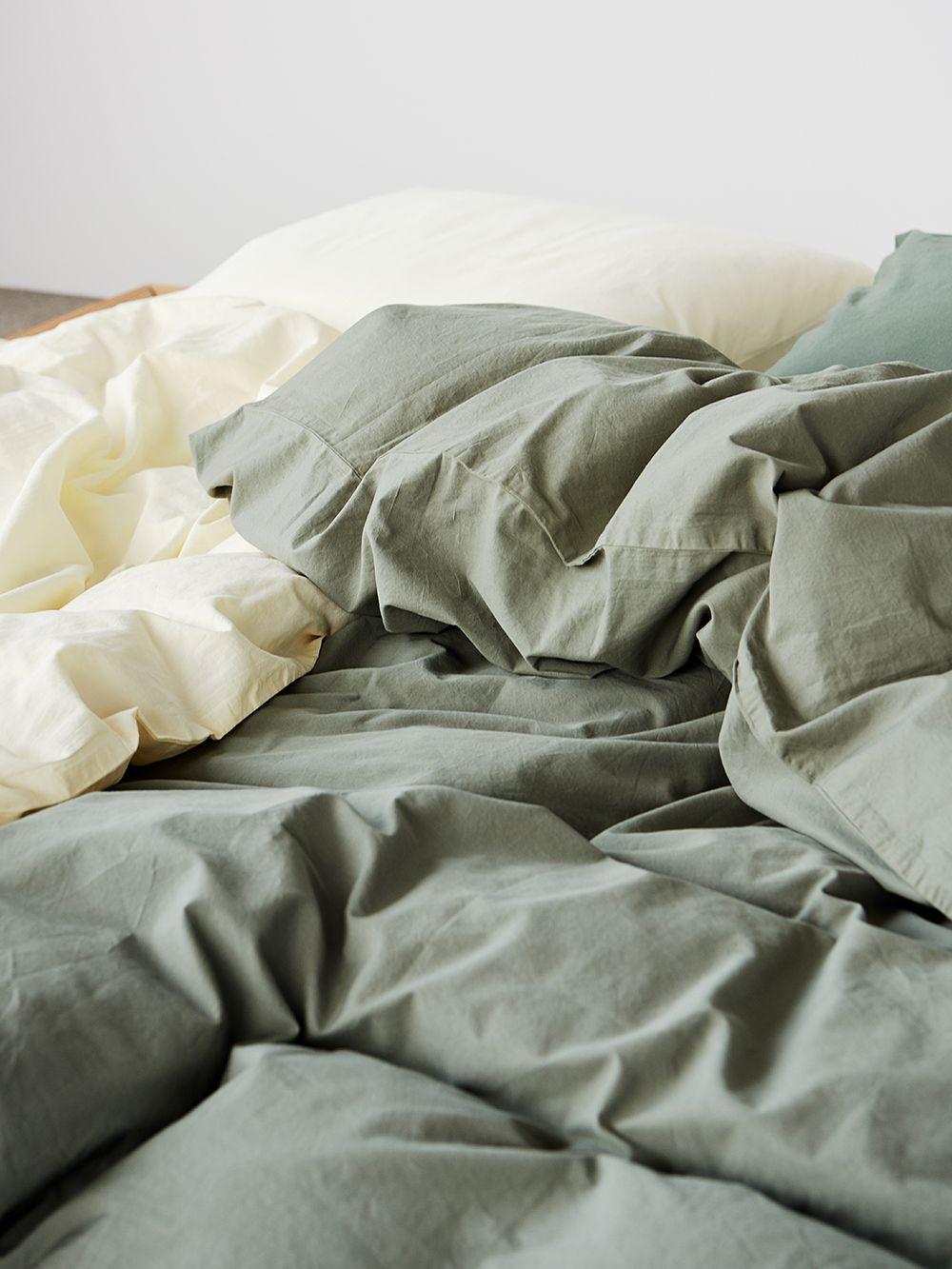 Teklan oliivinvihreä pussilakana sängyllä.