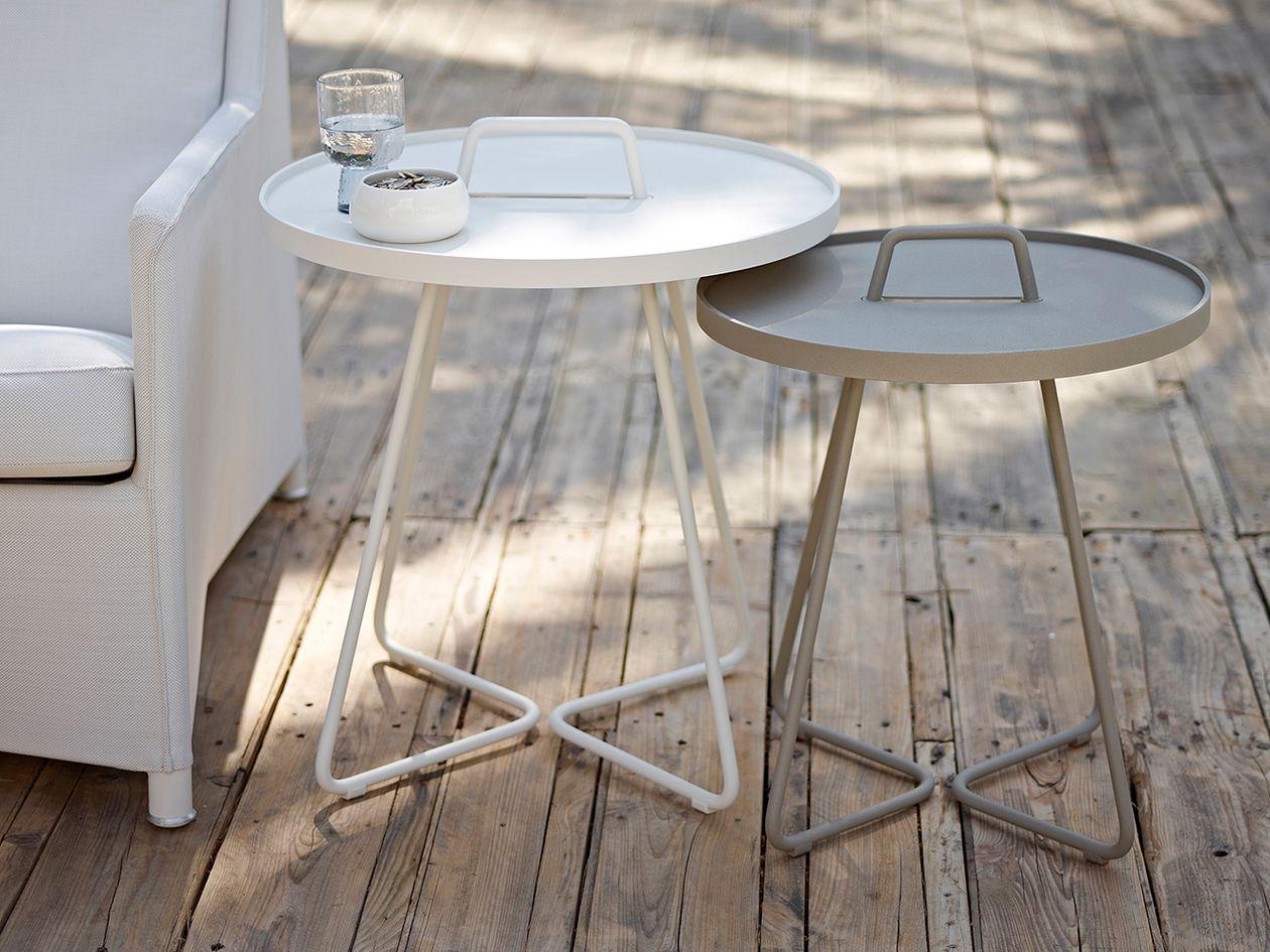 Cane-linen On-the-move -sivupöydät ulkona terassilla.