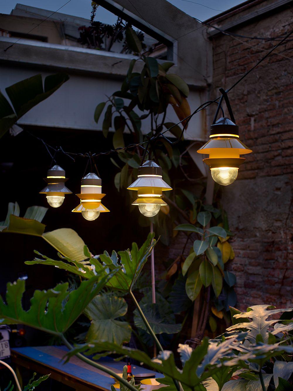 Marsetin Santorini-valaisimia ripustettuna puutarhaan.