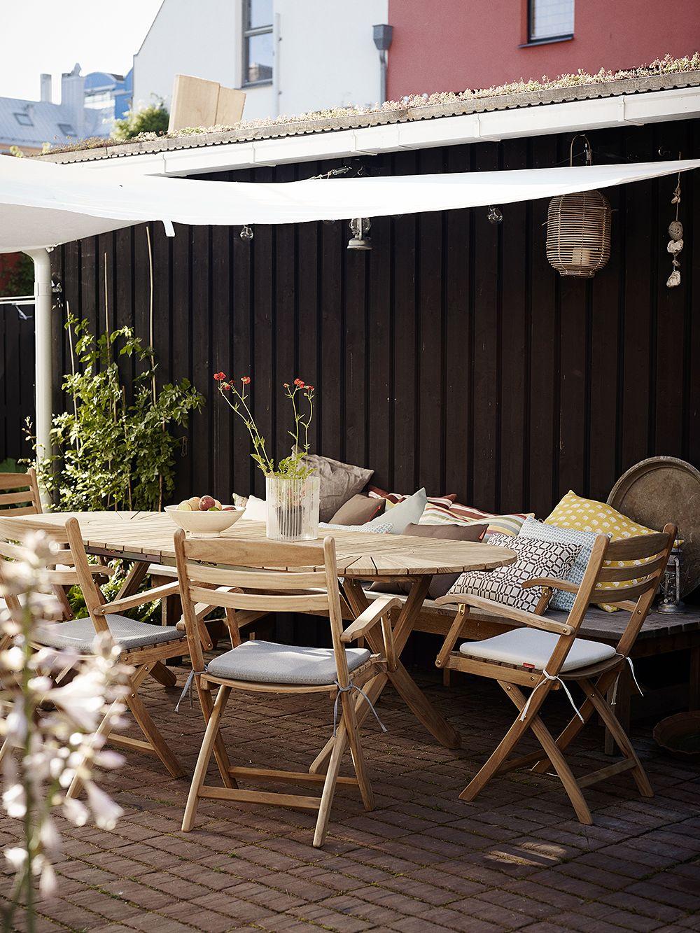 Skagerakin Selandia-pöytä ja Selandia-tuolit ulkona terassilla.