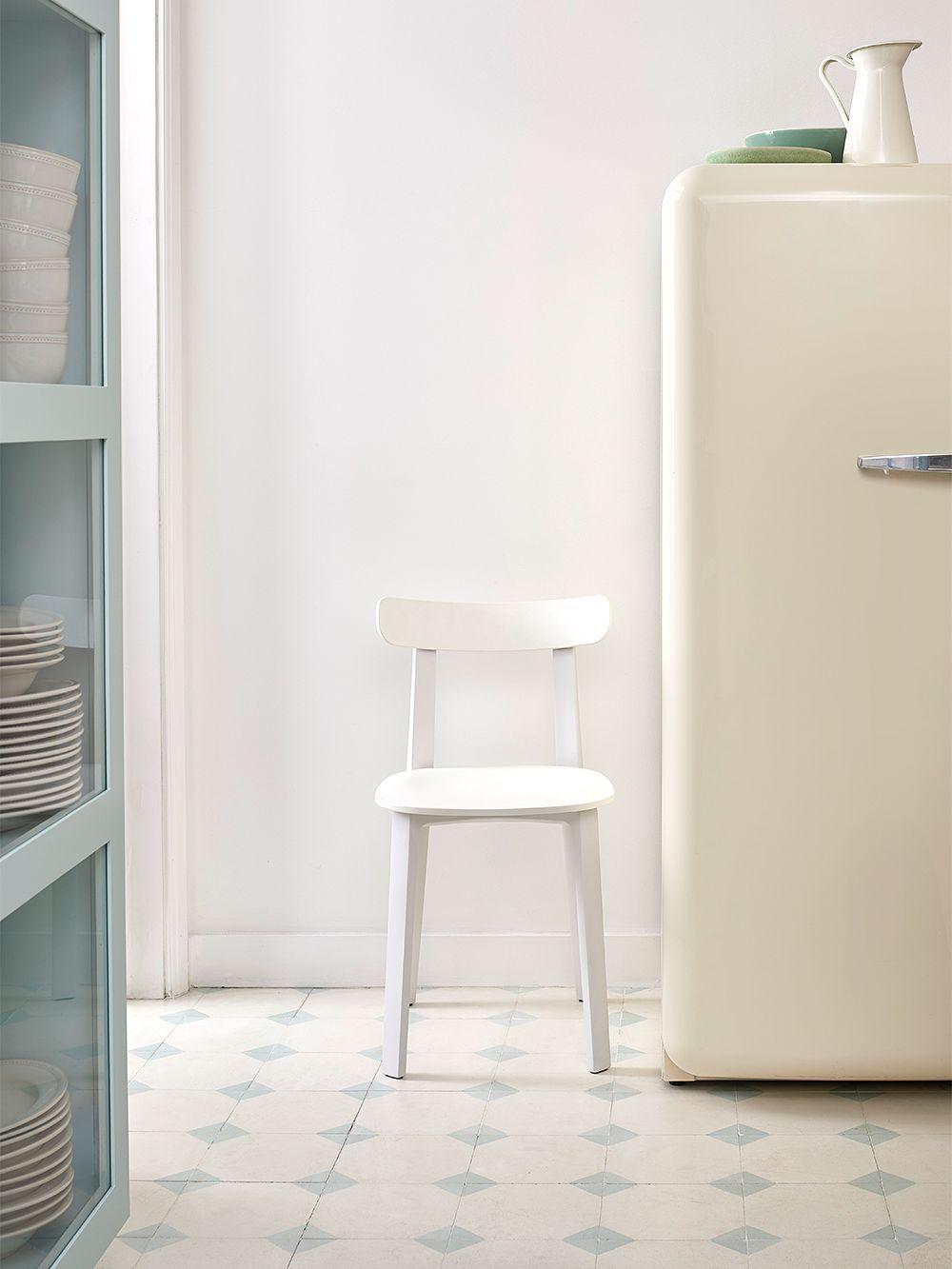 Vitran All Plastic Chair -tuoli keittiössä.
