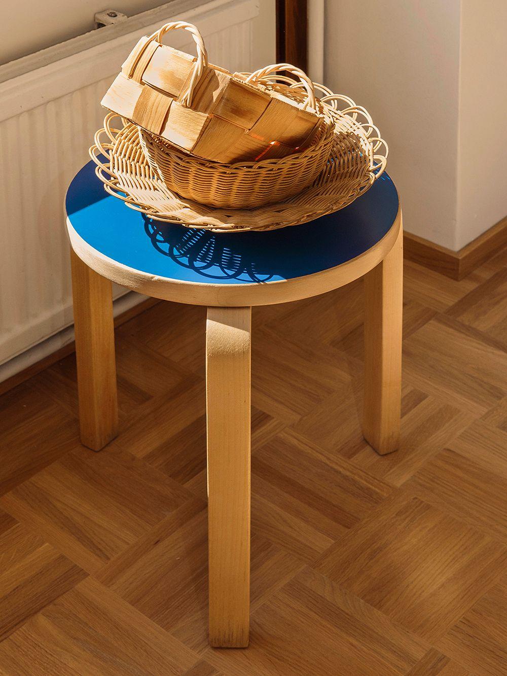 Artek Aalto jakkara 60, sininen istuin