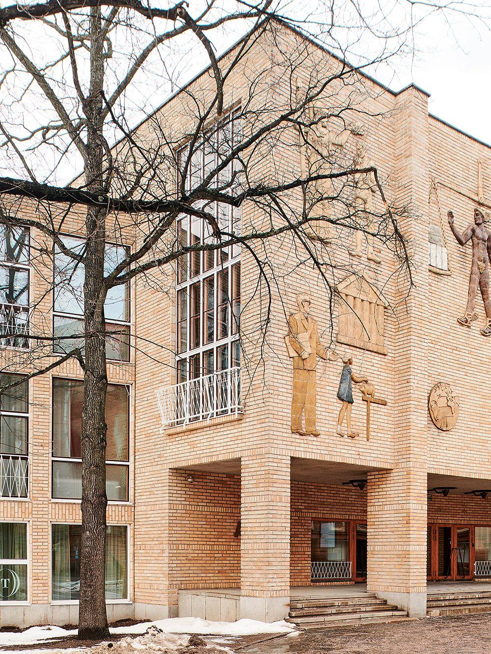Kauppakorkeakoulun julkisivu ja Michael Schilkinin Kauppiaita-reliefi