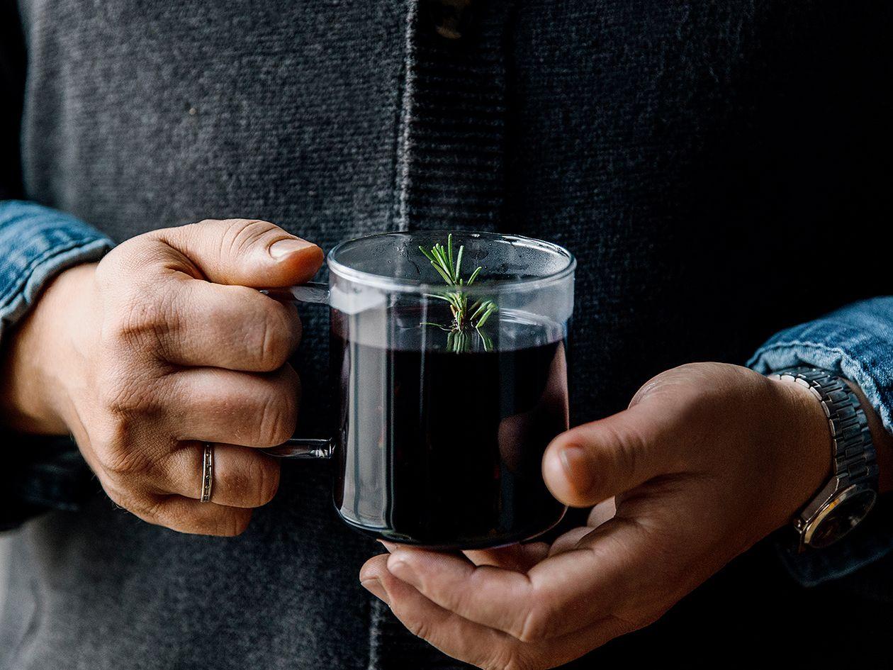 Rosmariini-mustaherukkaglögiä Hayn lasimukissa