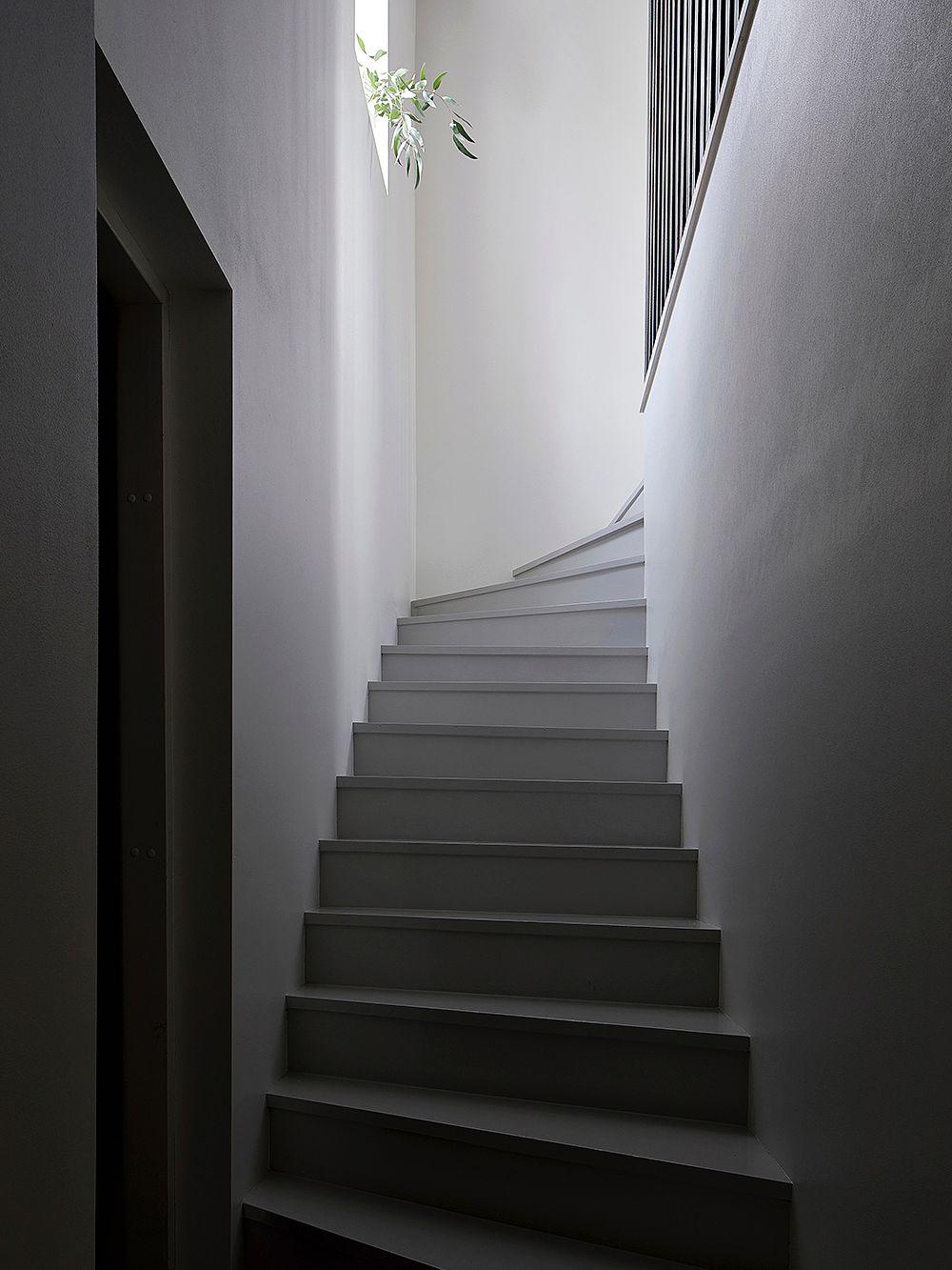 Betoluxilla harmaaksi maalatut portaat