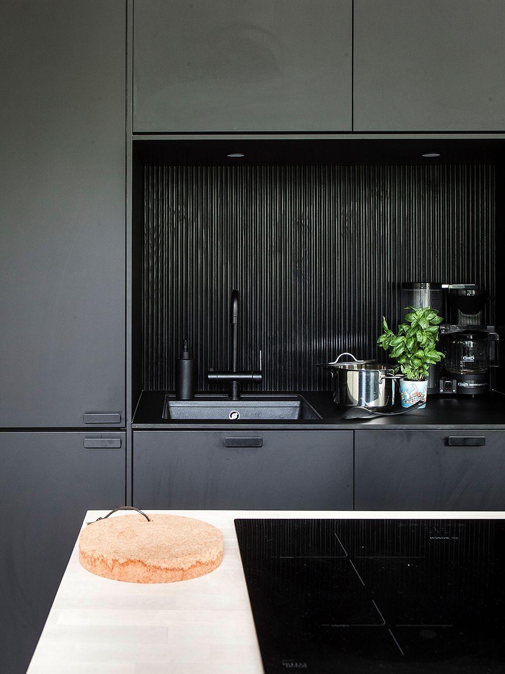 Musta keittiö – Loft-elämää vanhalla paloasemalla