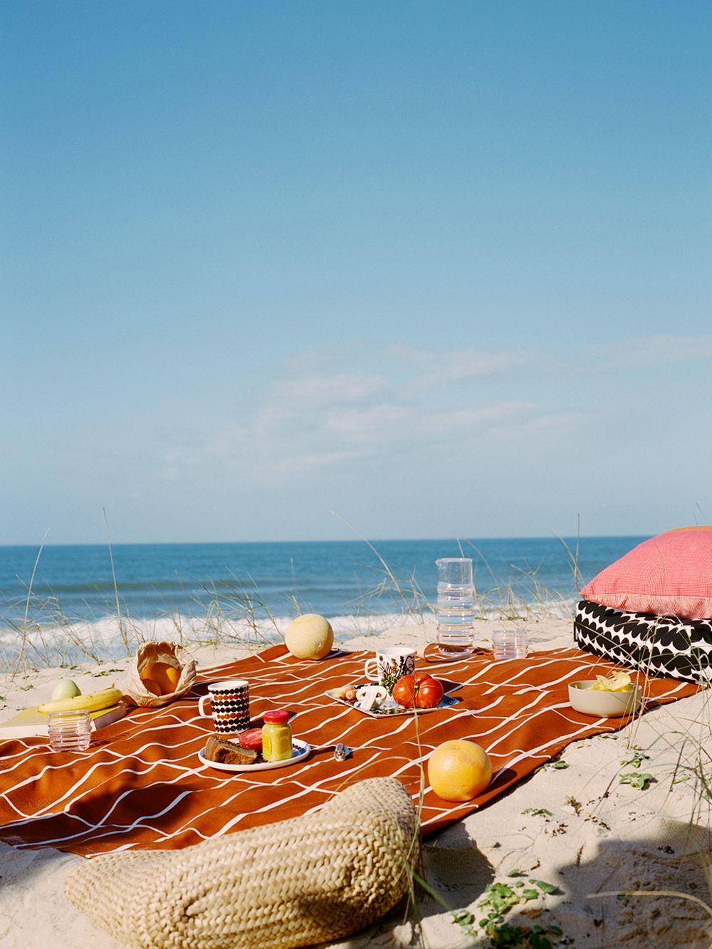 Marimekon Tiiliskivi-piknikalusta rannalla