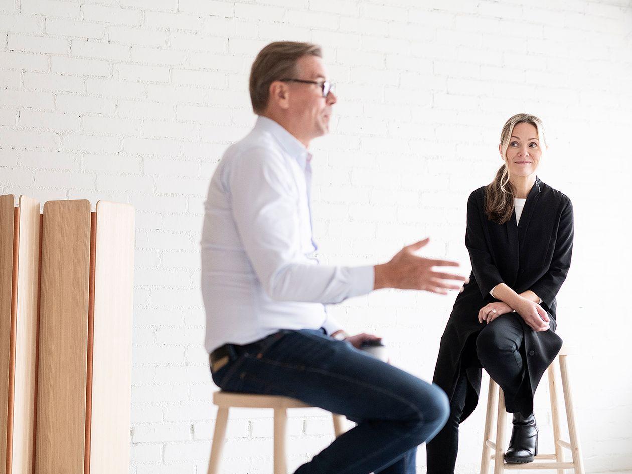 Woodnotesin Mikko Puotila ja Nikarin Johanna Vuorio keskustelevat.