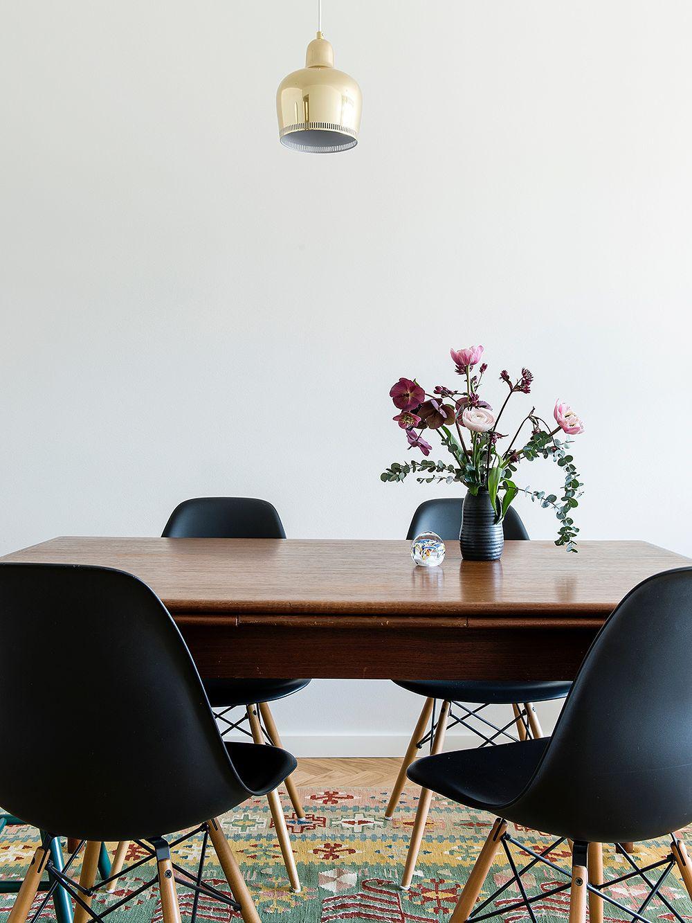 Vitran mustat DSW-tuolit