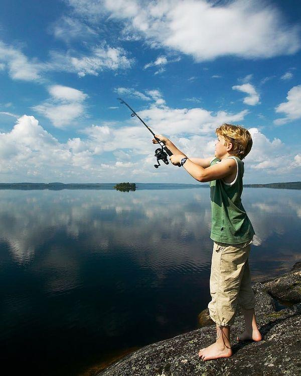 🔸 FIshing season in Koli has started! 🎣 May-June is the best time for fishing on Pielinen lake, which is btw the 4th biggest lake in Finland. Here you can find lots of fish species: lake trout, salmon, perch, zander, bream, pike and vendace 🐟 Come enjoy the wild beauty of nature, feel the true excitement of fishing and get an unforgettable experience! Welcome to Koli! ⠀ 🔸 Kalastuskausi Pielisellä on avattu! 🎣 Touko-kesäkuu on parasta aikaa tulla Kolille kalastamaan. Suomen neljänneksi suurimmassa järvessä Pielisessä on runsaasti kalaa. Täällä tavataan saaliskaloista mm. taimenta, lohta, ahventa, kuhaa, haukea, lahnaa ja muikkua 🐟 Tervetuloa Kolille nauttimaan Pielisen erämaiseman kauneudesta ja kalastuksen lumosta sekä hyvästä saalista! ⠀ 🔸 В мае-июне в Коли традиционно пора самой уловистой рыбалки! 🎣 Четвёртое по величине озеро Финляндии – Пиелинен – богато рыбой: здесь водятся озёрный лосось, кумжа, щука, окунь, судак, лещ, ряпушка 🐟 Добро пожаловать в Коли! Здесь вас ждут незабываемые впечатления, красота дикой природы и богатый улов! ⠀ #showyourkoli #tourism #finland #koli #travel #nature #lake #fishing #pielinen #järvi #kalastus #outdoors #suomi #pohjoiskarjala #matkailu #финляндия #коли #путешествия #рыбалка #пиелинен #весенняярыбалка