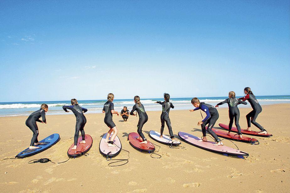 Des personnes qui apprennent à surfer.