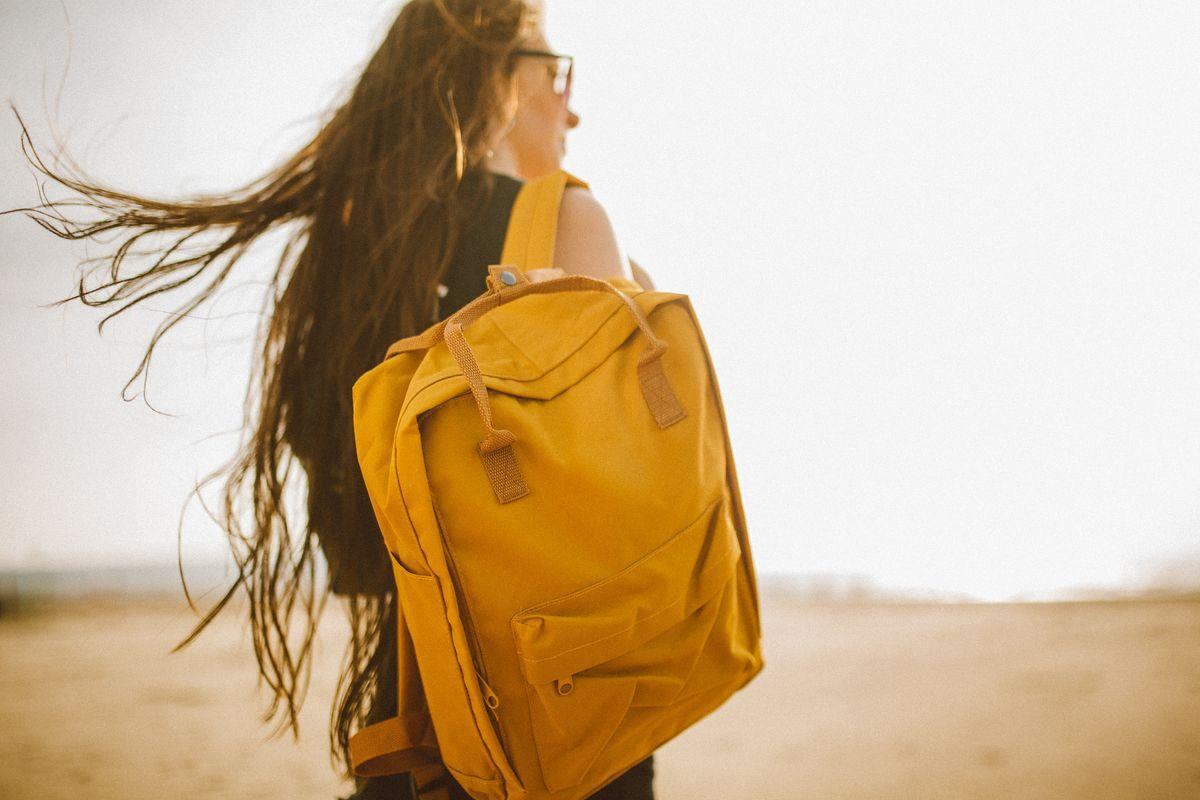 Jeune femme voyageant seule