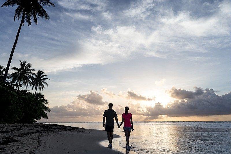 Un couple marchant en bord de plage