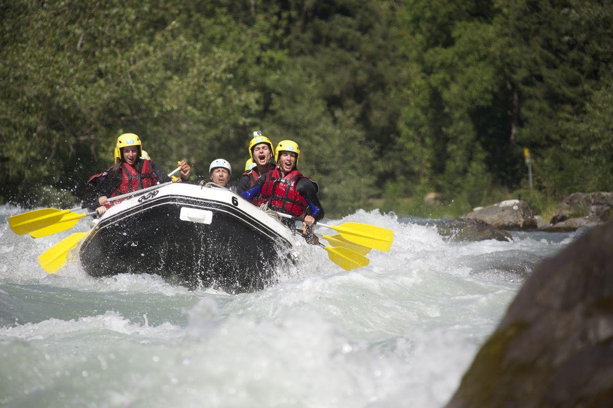 Rafting à la montagne l'été